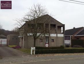 Unieke ruime villa met prachtige tuin op topligging nabij Leuven. De woning omvat op het gelijkvloers een inkomhal, zeer ruime living en eetplaats, ke