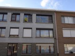 Gerenoveerd appartement op de tweede verdieping gelegen. Bestaande uit  inkomhal met vestiairekast, leefruimte op parket, geïnstalleerde, open ke