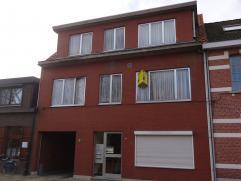 Instapklaar appartement op de eerste verdieping. In een rustige, doch centraal gelegen buurt, net buiten het centrum van Ekeren. Winkels en openbaar v