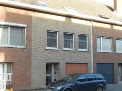 Centraal gelegen bel-étage op ca 150m², voorzien van 3 slaapkamers, inpandige garage, berging en bureel, tuin. Deze woning  ligt op wandel