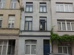 Ruime en charmante woning met koertje van ca 12m². De woning is ingericht met op het gelijkvloers een woonkamer op laminaat, ruime vernieuwde ke