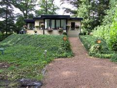 Woning op ca 1.364m², bj 1999, gelegen in woongebied met bosrijk karakter, voorzien van 2slk (3e mogl) en 2 badkamers. Deze woning is volledig on