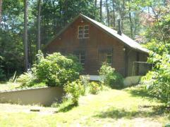 Chalet op ca 1.483m², gelegen in woongebied met bosrijk karakter. Deze woning is volledig onderkelderd en in gebruik als woonfunctie, zij is voor