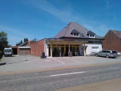 Gunstig gelegen commercieel pand of opbrengsteigendom bestaande uit een verhuurde winkelruimte van 400m² met magazijn, garage en 16 parkeerplaats