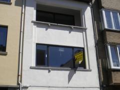 Van A-Z gerenoveerd appartement (90m²) met terras en twee slaapkamers op de derde verdieping. Gelegen in de stationsbuurt.   INDELING Ruime in