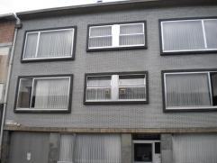 Studio van 50m² op de gelijkvloerse verdieping rechts van een appartementsgebouw. Het gebouw is opgetrokken uit beton en er is een lift aanwezig.