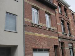 Goed onderhouden eengezinswoning (130m²) met garage, drie slaapkamers en stadstuin. Gelegen vlakbij het Rivierenhof. Interieur te moderniseren. M