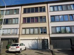 Dit ruime en goed gelegen 2 slaapkamer appartement is overal voorzien van laminaatvinyl en een gedeelde inpandige garage. De grote living(32m²) g