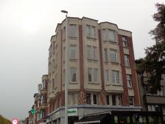 Dit appartement van 131m² is zeer centraal gelegen en afgewerkt met de beste materialen. Via de inkomhal kom je terecht in de mooie en lichte liv