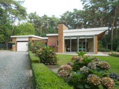 Stenen woning op een perceel van ca 3.297m², gelegen in een oase van rust en groen, voorzien van 2slk, veranda, garage / werkplaats. Het dak van