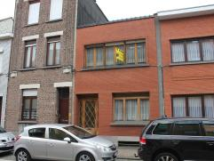 Te renoveren woning met 3 slaapkamers en mooie tuin in het centrum van Wilrijk. De woning is gelegen in één van de mooiste straten van W