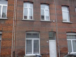 Zéér centraal doch rustig gelegen woning met 5 slaapkamers en 2 badkamers. Op het gelijkvloers bevindt zich een living, slaapkamer, keu