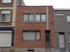 Mooi gerenoveerde woning met 3 slaapkamers gelegen in een leuke buurt. Via de inkomhal kom je terecht in de leefruimte welke voorzien is van een sfee