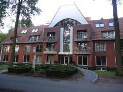 Appartement op de gelijkvloerse verdieping, vooraan het gebouw gelegen. Rust, stilte en natuur zijn de grote troeven van dit appartement. Ruime inkomh