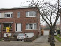 Instapklare halfopen bebouwing met aparte garage gelegen in de mooie wijk Oosterveld in Wilrijk. De woning heeft 2 tot 3 slaapkamers en is gedurende d