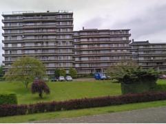 Verzorgd appartement op de 5de verdieping met lift.  2 slaapkamers, badkamer, berging, leefruimte, keuken en terras aan de voorzijde van het gebouw. G