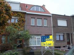 Verrassend ruime en vernieuwde woning met 4 slaapkamers in een aangename straat op wandelafstand van het centrum van Wilrijk. De woning is sinds 2010