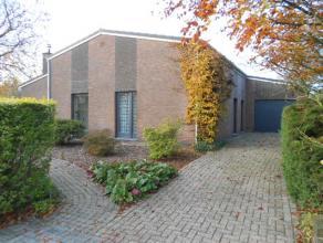 Ruime laagbouw op ca 1.011m², voorzien van 3 slk, veranda bij de keuken, grote inpandige garage, zolderberging. Deze woning is zeer rustig en lan