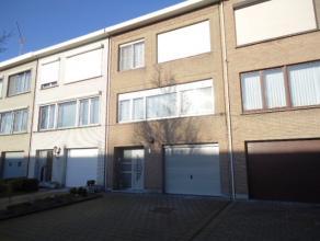 Rustig gelegen, zeer goed onderhouden bel-etage woning op een perceel van 180m². Indeling:  - GLVL - Inkomhal, apart toilet, garage met automatis
