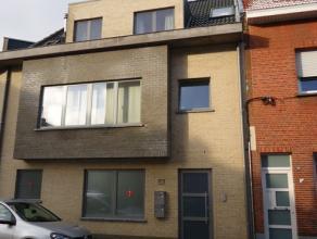 Verzorgd en recent appartement op de eerste verdieping in het centrum van Ekeren nabij winkels, openbaar vervoer en scholen. Zeer ruime leefruimte met