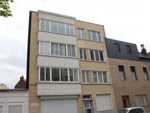Verzorgd appartement op de eerste verdieping met twee slaapkamers en een aparte keuken. Het appartementsblok werd in 2007 gerenoveerd en is voorzien v