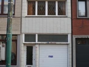 Dit renovatieproject is gelegen op een trechtervormig perceel van +/- 325 vierkante meter. Het gelijkvloers heeft een bebouwde oppervlakte van 113 m&s