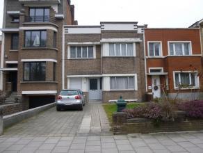 Deze uiterst goed gelegen te renoveren ééngezinswoning bevindt zich recht tegenover het Park Rivierenhof. Er zijn drie ruime slaapkamers