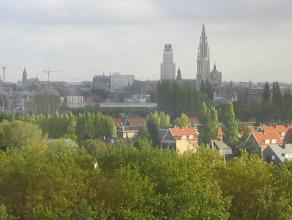Zeer ruim (150m²) appartement voorzien van drie slaapkamers, twee badkamers panoramisch uitzicht op de Schelde en de oude binnenstad. Vlakbij het