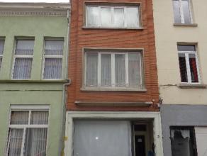 Goed gelegen woning bestaande uit 3 appartementen. Goede opbrengst, goede huurders. Het gelijkvloers heeft 2 slaapkamers, living, keuken en badkamer +
