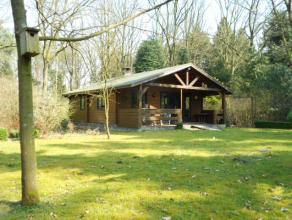 Verzorgde chalet op ca 2.850m² gelegen in woongebied met bosrijk karakter. Deze chalet is thans 60m² groot en voorzien van 2 slk doch kan ui