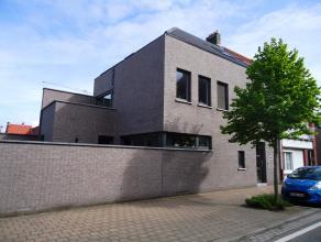 Goed gelegen gelijkvloersappartement in een recent, klein gebouw te centrum Hoevenen. Dit instapklaar appartement omvat o.a. een inkomhal met apart to