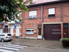 Verder te renoveren woning te centrum Hoevenen. Deze woning omvat inkomhal, woonkamer (24m²), keuken, badkamer, 3 slaapkamers (waarvan 2 reeds ge