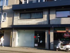 Handelspand gelegen in het centrum van Ekeren. Momenteel ingericht als bankkantoor.  Op de eerste en tweede verdieping zijn er bureau- en vergaderru