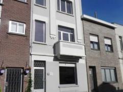 Ruime gerenoveerde gezinswoning in rustige straat te Deurne. Gelegen vlakbij het Rivierenhof, uitstekende verbinding naar Antwerpen-stad. Deze woning