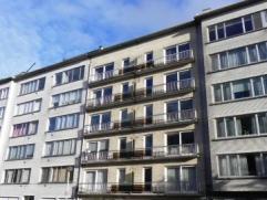 Ruim en goed onderhouden appartement op 4de verdieping in gebouw met lift. Het appartement is gelegen nabij winkels, scholen, openbaar vervoer,... doc