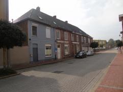 VERKOCHT !!  Mooie woning aan de Markt van Lichtervelde. Gelijkvloers: inkom, toilet, zeer ruime living met zithoek, eethoek en ruime leefkeuken, de