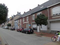 Deze charmante instapklare woning gelegen aan de markt te Lichtervelde met uitweg in de Vredestraat heeft volgende indeling:  Gelijkvloers: inkomhal