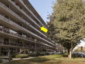 Op te frissen, ruim appartement met 3 slaapkamers en terras, op de 5° verdieping van een gebouw met lift en gelegen vlakbij de ingang van het groe