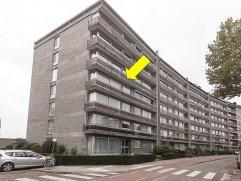 Zeer ruim en uiterst verzorgd hoekappartement gelegen op de 3Â verdieping van een gebouw met lift. Het appartement omvat een inkomhal met vestia