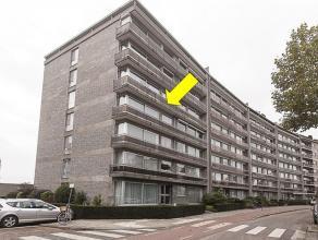 Zeer ruim en uiterst verzorgd hoekappartement gelegen op de 3° verdieping van een gebouw met lift. Het appartement omvat een inkomhal met vestiair
