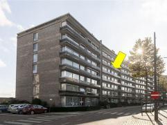 Ruim, verzorgd appartement op de 4Â verdieping van een goed onderhouden gebouw met lift. Het appartement omvat een inkomhal met dubbele glazen d