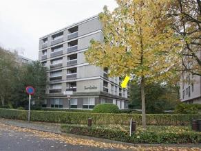Rustig en toch centraal gelegen appartement op de 1e verd. van een klein gebouw vlak aan het Bisschoppenhofpark. Plaatsbeschr.: inkomhal met berging e