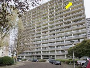 Verzorgd appartement met 3 slaapkamers, gelegen op de 13Âverd. van een groot gebouw met lift. Indeling: inkomhal met inbouwvestiairekast, ingeri