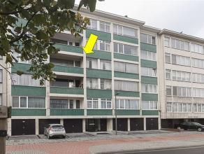 Goed onderhouden appartement op de 3° verdieping van een gebouw met lift. Het appt. omvat een hal met vestiairekast, een ruime woonkamer met vastt