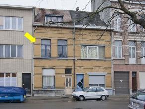 Volledig te renoveren eengezinswoning gelegen nabij Berchem station. De woning heeft een inkomhal, een woonkamer, een zeer eenvoudige keuken (niet bru