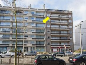 Zeer ruim en verzorgd appartement gelegen op de 4Â verdieping van een gebouw met lift. Het appartement omvat een inkomhal met natuursteen en gla