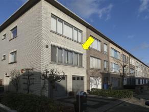 Duplex appartement met tuin, inpandige garage en oprit. Het appartement omvat op de 1Â verdieping een inkomhal met videofoon, een lichte L-vormi