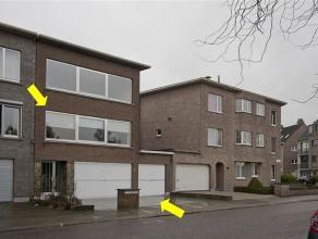 Ruim, goed gelegen duplex-appartement op het gelijkvloers en de 1e verdieping van een klein gebouw zonder lift. Het appartement heeft volgende indelin
