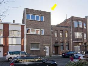 Goed gelegen, modernistische woning (archit. Walter Van den Broeck) met 5 à 7 slaapkamers en terrastuin. Plaatsindeling: inkomhal met art-decot