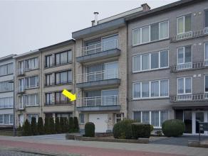 Recent, degelijke ingericht appartement op de 1e verd. van een klein gebouw met lift. Plaatsindeling: hal met gastentoilet, L-vormige woonkamer met ma